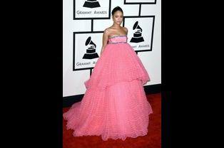 La chanteuse Rihanna en Giambattista Valli lors de la cérémonie des Grammy Awards à Los Angeles, le 8 février 2015