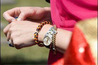La reine Mathilde de Belgique, bracelet au poignet, le 3 juillet dernière à De Haan, en Belgique