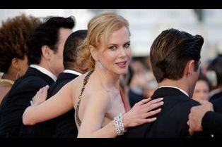 Nicole Kidman monte les marches avec grâce