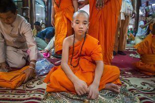Ordination des jeunes moines thaïlandais