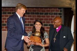 Willem-Alexander s'esclaffe avec Desmond Tutu