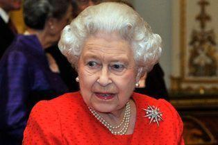 """Elizabeth en rouge coquelicot pour la """"Magna Carta"""""""