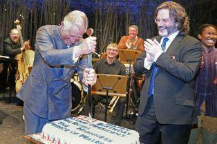 Charles tranche son gâteau à l'épée