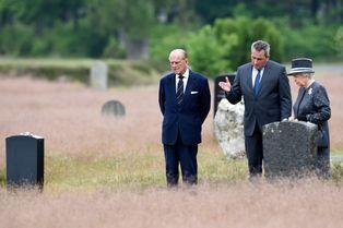 Elizabeth rend hommage aux victimes des nazis à Bergen-Belsen