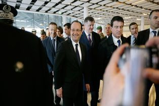 Hollande: visite surprise à l'aéroport de Roissy