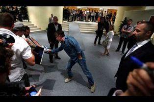 Sean Penn, signant des autographes