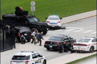 Des policiers se protègent, après des coups de feu à proximité du Parlement