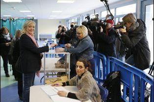 Marine Le Pen a voté à Hénin-Beaumont pour le premier tour des élections départementales