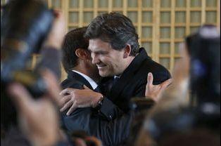 Arnaud Montebourg embrasse son successeur à Bercy, Emmanuel Macron, le 27 août