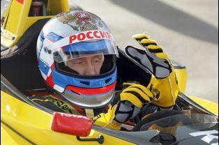 Vladimir Poutine au volant d'une F1 Renault, en novembre 2011