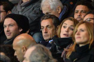 De gauche à droite: Nicolas Sarkozy, Joy Esther et Ronaldo à Paris le 29 novembre 2014