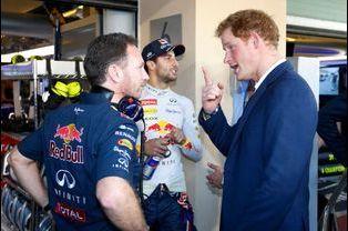 Le prince Harry avec Christian Horner et Daniel Ricciardo au Grand Prix de Formule 1 à Abou Dhabi, le 23 novembre 2014