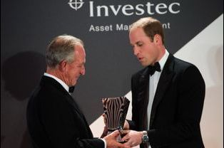 Le prince William remet The Prince William Award for Conservation in Africa à Richard Bonham à Londres, le 25 novembre 2014
