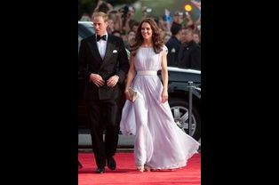 La duchesse Catherine de Cambridge en Alexander Mc Queen, le 9 juillet 2011