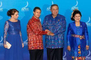 Le président indonésien Susilo Bambang Yudhoyono et sa femme Ani accueillent son homologue mexicain Enrique Pena Nieto et sa femme Angelica Rivera