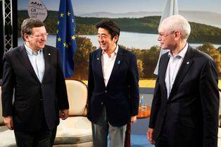 Le président de la Commission européenne José Manuel Barroso, le président du Conseil européen Herman Van Rompuy et le Premier ministre japonai...