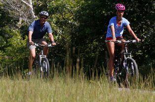 Puis à vélo avec sa fille Malia