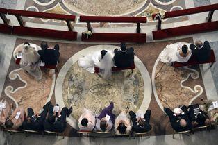 Mariages en série pour le pape François