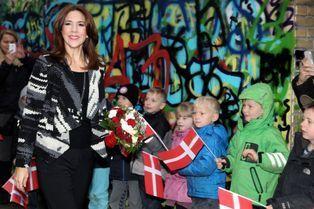 Mary ovationnée par les petits Danois