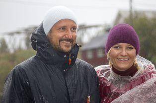 Mette-Marit et Haakon, sous la pluie mais souriants