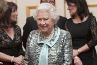"""Elizabeth II, très souriante, en bleu """"œuf-de-cane"""""""