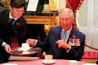 Le prince Charles prend le thé avec des héros