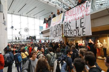 Climat: plusieurs centaines de manifestants investissent un centre commercial à Paris