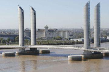Bordeaux : 10 blessés dans la collision d'un bateau contre un pont