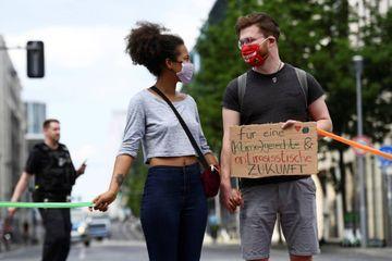 A Berlin, une chaîne humaine respectant la distanciation physique contre le racisme