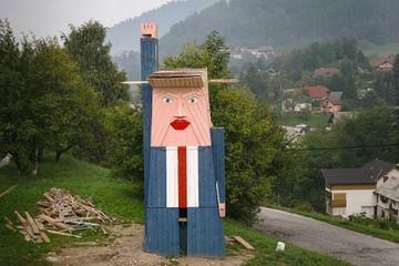 Après Melania, Donald Trump a droit à sa statue en bois en Slovénie