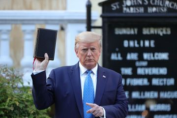 """Bible à la main, Trump visite """"l'église des présidents"""" dégradée"""