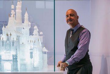 Deux enfants brisent un château Disney au Musée du verre de Shanghai