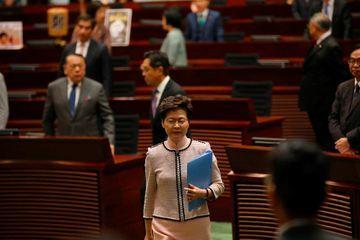 Hong Kong : interrompue par l'opposition, Carrie Lam renonce à un discours au parlement