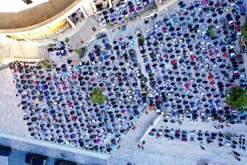Vue aérienne de la prière à la grande mosquée de Durres, en Albanie, avec application des mesures de distanciation sociale, dimanche.