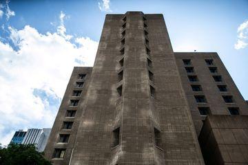 Suicide de Jeffrey Epstein : le directeur de la prison muté, deux employés suspendus