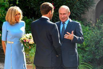 Emmanuel et Brigitte Macron saluent Vladimir Poutine, lundi au fort de Brégançon.
