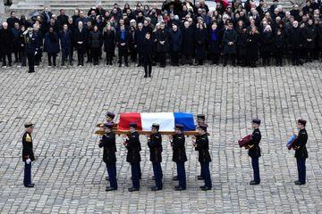 """Aux Invalides, Macron salue Jean Daniel, un """"exemple pour toute une profession"""""""