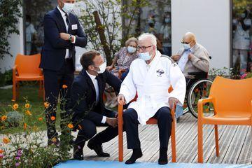 """Coronavirus : Emmanuel Macron ne veut pas """"isoler à nouveau nos aînés"""""""