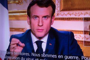 """Coronavirus : Sans prononcer le mot """"confinement"""", Macron durcit les règles de circulation"""