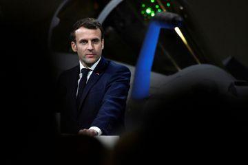 Des manifestants tentent d'entrer dans un théâtre où se trouve Emmanuel Macron