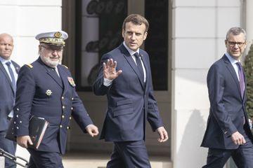 """""""La vague est là"""" : Emmanuel Macron sur le front face au coronavirus"""