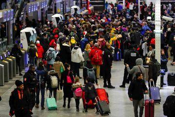 Grève contre la réforme des retraites : le trafic SNCF et RATP toujours perturbé lundi