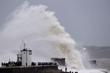 Tempête Dennis : environ 14 000 foyers privés d'électricité dans le Nord et l'Ouest de la France
