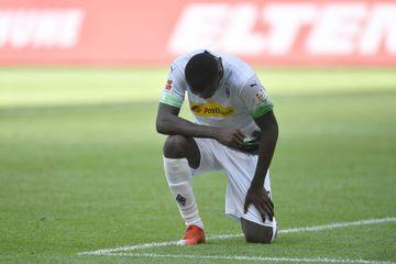 Après son but, le footballeur Marcus Thuram met un genou à terre contre le racisme