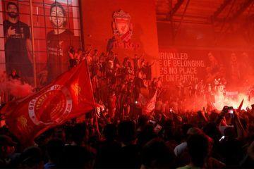 Les fans de Liverpool bravent les recommandations pour célébrer le titre historique
