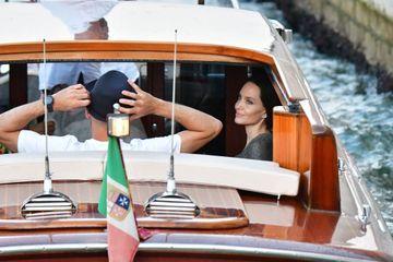 Angelina Jolie et sa fille Shiloh en balade à Venise avec JR