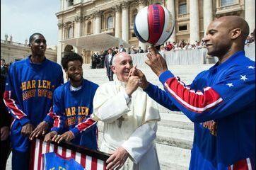 Le pape François, dernière recrue des Harlem Globetrotters
