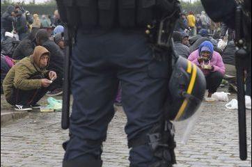 """Toujours plus de migrants dans la """"jungle de Calais"""""""