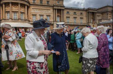 Camilla joue les maîtresses de maison dans les jardins de Buckingham
