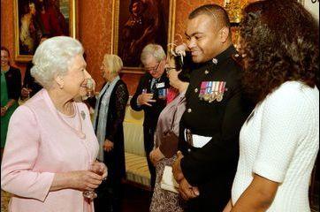 La reine Elizabeth, tout sourire dans son palais